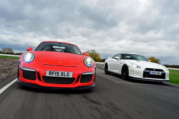 Drag Race: Porsche 911 GT3 RS vs Nissan GT-R