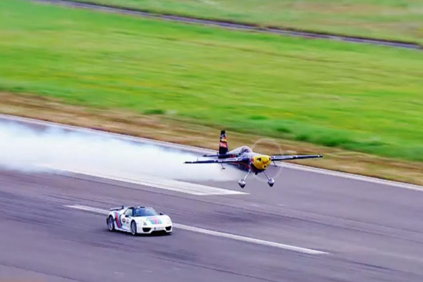 Drag Race: Porsche 918 Spyder versus an Airplane