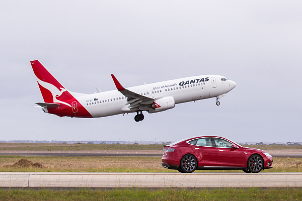 Tesla Model S versus Boeing 737 Drag Race