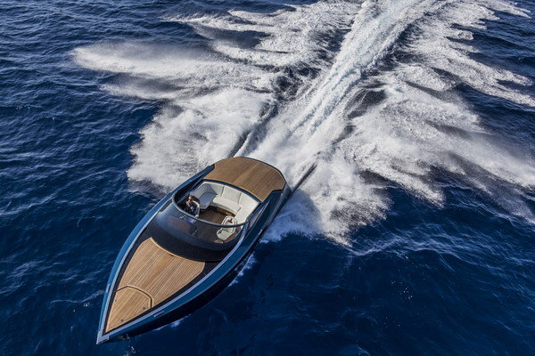 Aston Martin Unveils 1040 hp Speedboat – AM37